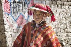 秘鲁男孩在五颜六色的传统手工制造成套装备穿戴了 免版税库存图片