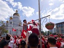 秘鲁的国家队的爱好者演出了在街道的一个欢乐狂欢节 在萨兰斯克街道的欢乐大气  免版税库存照片