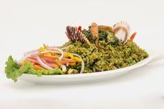 秘鲁盘:海鲜绿色米由米,香菜,海鲜,葱,虾制成 免版税库存图片