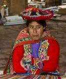 秘鲁编织的妇女 免版税库存照片