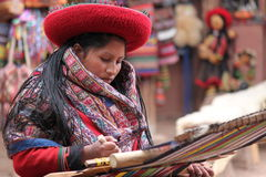 秘鲁编织的妇女 免版税库存图片