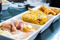 秘鲁食物:三倍,cebiche、海鲜鱼米和chicharron  免版税库存图片