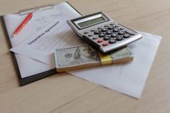 租借人保险单 与笔和calcul的汽车保险形式 免版税库存照片