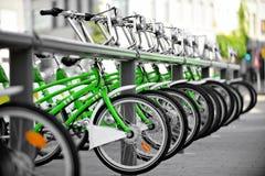 租用一辆绿色自行车 库存图片