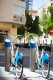 租的两辆自行车在城市 免版税图库摄影
