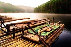 租的竹木筏对游人 免版税库存图片