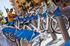 租的自行车在城市 免版税库存照片