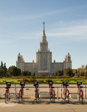 租的自行车在莫斯科国立大学附近 库存图片