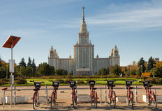 租的自行车在莫斯科国立大学附近 库存照片