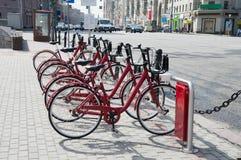 租的自行车在莫斯科的中心 库存图片