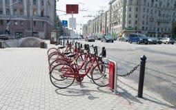 租的自行车在莫斯科的中心 免版税库存照片