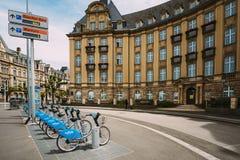 租的自行车在银行大楼背景  库存照片