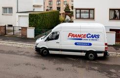 租赁在房子前面的白色搬运车交付物品 免版税图库摄影