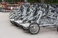 租钢黑脚蹬的自行车 停放的出租旅游trike车velomobiles 生态都市交通 免版税库存照片