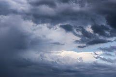 积云史诗暴风云纹理在天空蔚蓝背景中 免版税库存图片