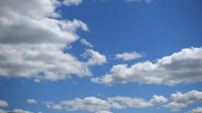 积云横跨天空蔚蓝,Timelapse快速地移动 在大气的白色蓬松云彩在晴朗的天气 影视素材