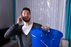 积在桶的人水,当告诉水管工时 图库摄影