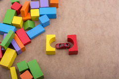 积木和一辆红色玩具汽车 免版税图库摄影