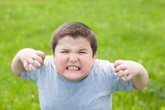 积极坏肥胖的男孩看照相机 免版税库存照片