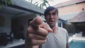 积极的人尖叫并且威胁与拳头以房子为背景在他的围场 暴力威胁  影视素材