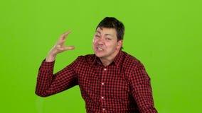 积极的人,他恼怒并且不可能被停止 绿色屏幕 股票录像