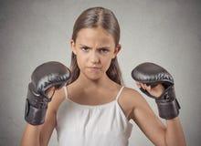 积极的儿童少年女孩佩带的拳击手套 免版税库存照片
