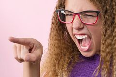 积极的十几岁的女孩尖叫和指向她的手指sid 图库摄影