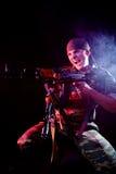 积极的敌人他的射击战士 免版税库存照片