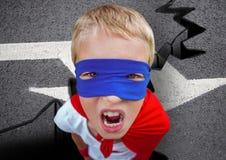 积极的超级男孩和在路的蓝色面具画象红色海角的 免版税图库摄影