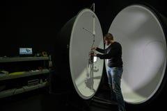 积算球在企业laboratorie的光度计球 库存照片