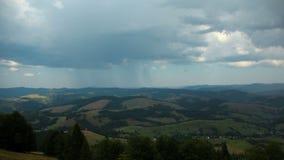 积雨云和雨Timelapse在山 股票录像