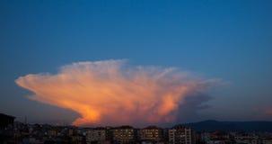 积雨云Capillatus覆盖与一些积云,当得到黑暗时 股票视频
