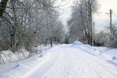 积雪的乡下公路 脚印雪时间冬天 免版税库存图片