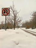 积雪的乡下公路 免版税库存图片