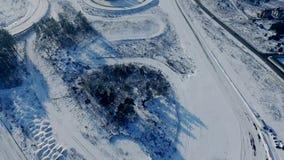 积雪的体育电路空中录影有驾驶的汽车 影视素材
