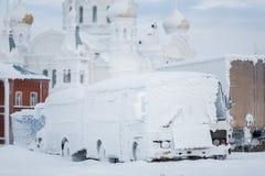 积雪的公共汽车 免版税库存图片