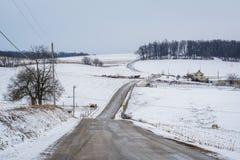 积雪的农场和绵延山路和看法,在杰夫附近 库存图片