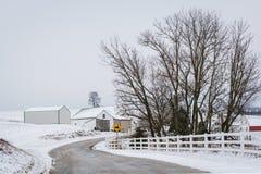 积雪的农场路和看法,在杰斐逊附近,宾夕法尼亚 免版税库存照片