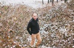积雪的叶子的新郎 免版税库存照片