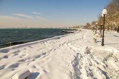 积雪的堤防波摩莱在保加利亚,冬天 库存图片