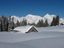 积雪的小屋、结构树和Mt Saentis 免版税库存图片