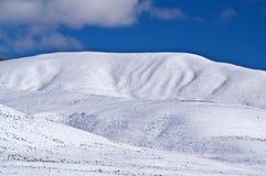积雪的小山 图库摄影