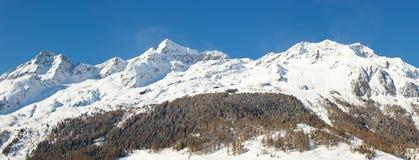 积雪的山全景 图库摄影
