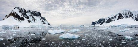 积雪的山和水全景与冰, Lemaire海峡,南极洲 图库摄影