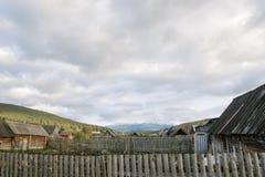 积雪的山在背景中 免版税库存图片