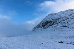 积雪的山在苏格兰高地 库存图片