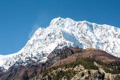 积雪的山在西藏 库存图片