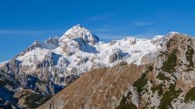 积雪的山山顶 免版税图库摄影