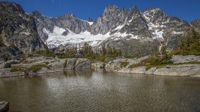 积雪的山的湖 免版税库存照片