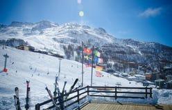 积雪的山脉和旗子的美丽的景色在意大利滑雪胜地 免版税库存图片